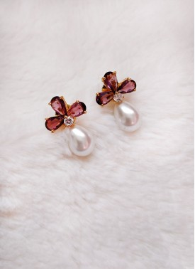 Trendy Earrings in Pearl Drop